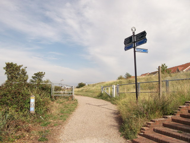 Footpath junction on the Thames Path near Southmere Lake