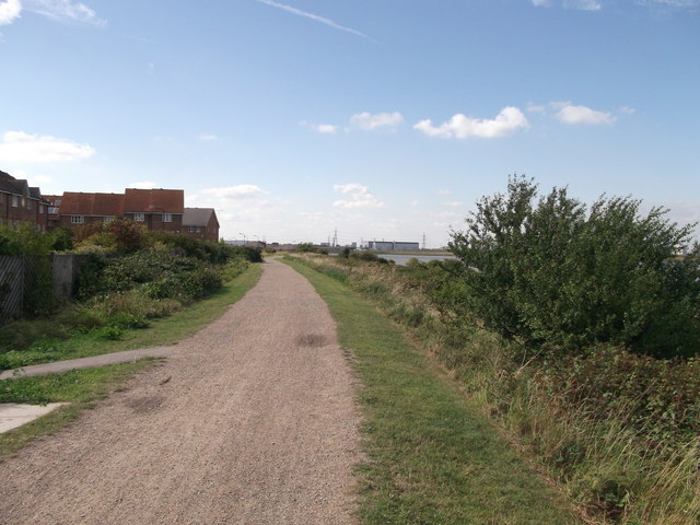 Thames Path and Thames Cycle Route near Halfway Reach