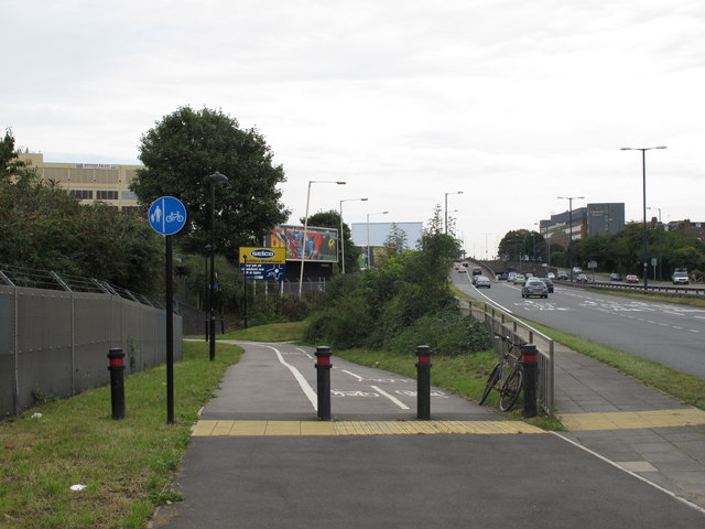 Cycle track from A40 under Central Line at Hanger Lane