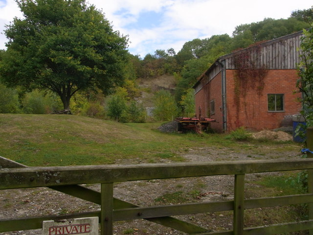 Old quarry and building above Upper Vinesend Farm