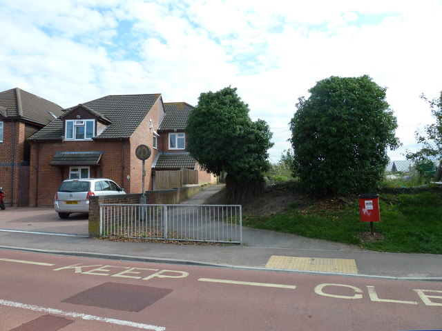 Start of the path from Water Lane to the local schools