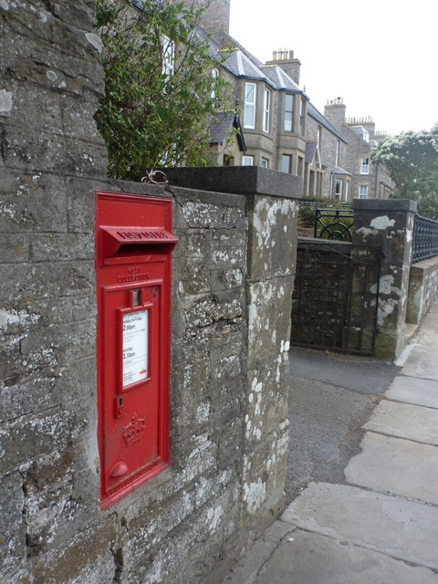 Kirkwall: postbox № KW15 4, Dundas Crescent