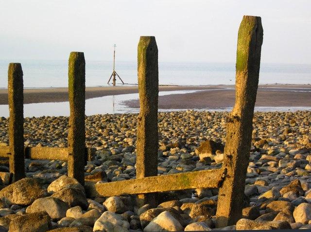 Pileri grwyni yn Llanddulas / Groyne pillars at Llanddulas
