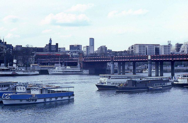 Hungerford Bridge in 1986