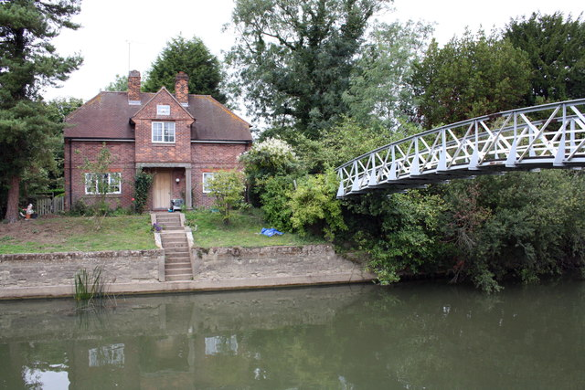 Lock keepers house and footbridge across the Thames