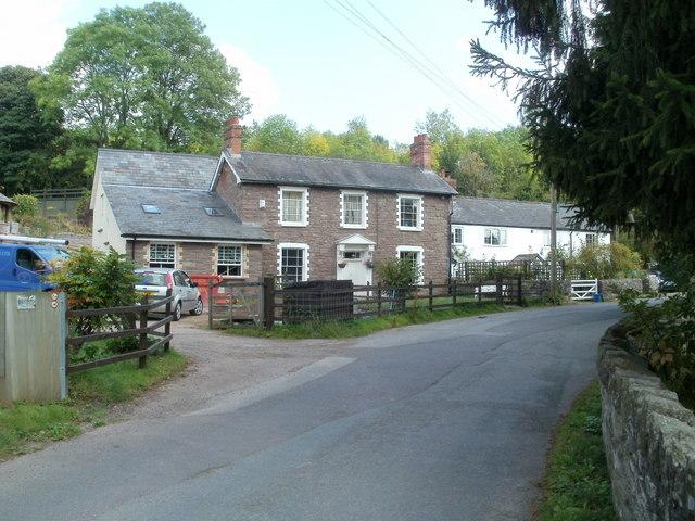 Converted pub and cottages, Llantilio Pertholey