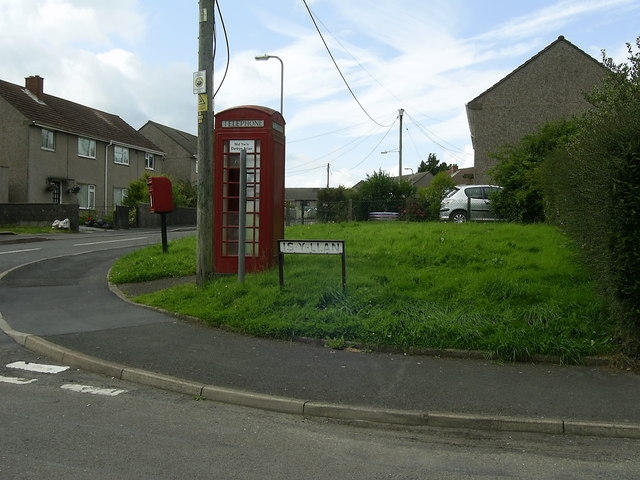 Phone box and postbox, Is-y-llan