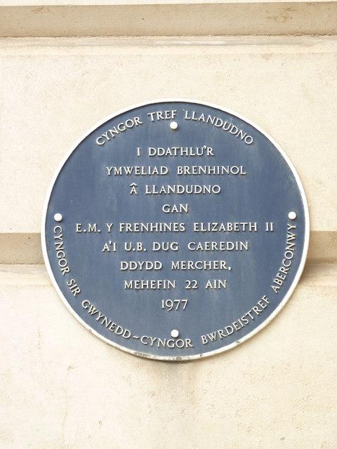 Royal visit plaque 1977 (Welsh), Llandudno