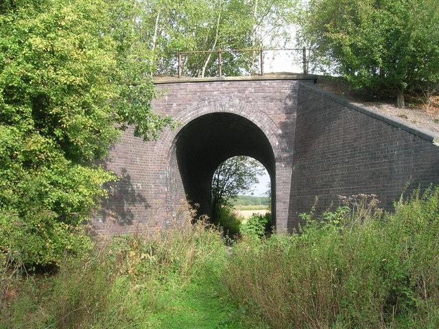 Disused railway bridge over bridleway
