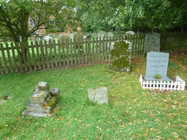 St Peter and All Saints, Battlesden: graves