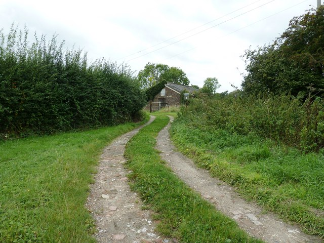 Footpath and entrance to Spooner's Farm