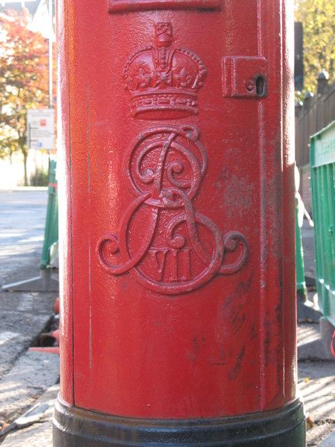 Edward VII postbox, Queen Victoria Road, NE2 - royal cipher
