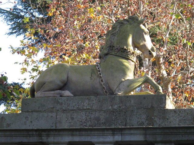 Unicorn sculpture above gate, Kew Gardens