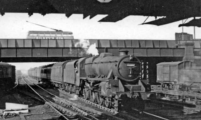 Up stopping train entering Willesden Junction station