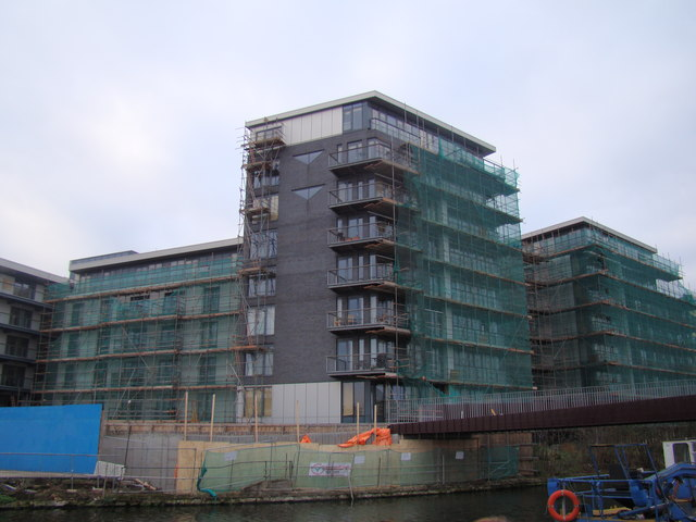 Flats under construction near the Lea Navigation/Hertford Union Canal confluence