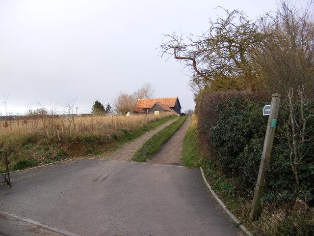 Footpath to Baynards Green & entrance to Sunnyside Farm
