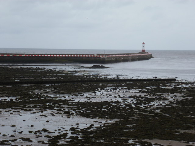 Berwick-upon-Tweed: red and white pier
