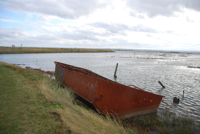 Derelict hull, Stoke Saltings