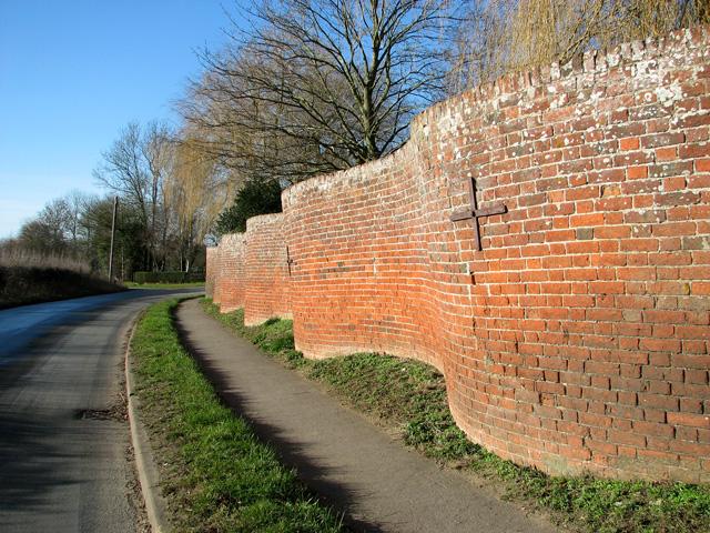 Tie beams in crinkle-crankle wall, Easton