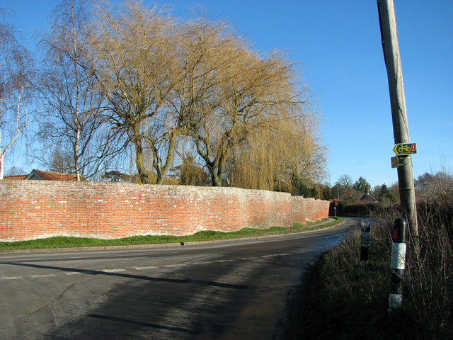 Crinkle-crankle wall along The Street, Easton