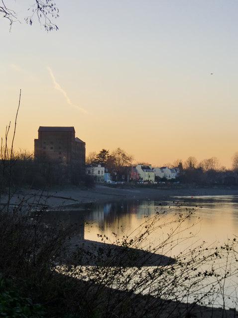 Mortlake riverside at dusk, low tide (2)