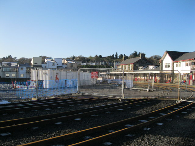 Adeiladu platfform newydd - Building a new platform