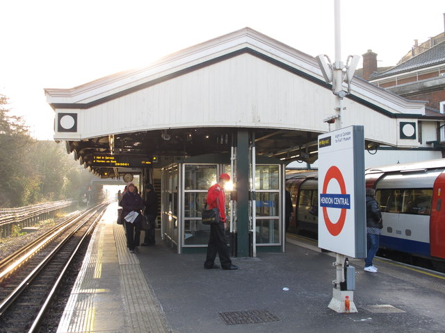 Hendon Central tube station platforms