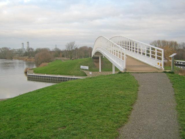 Bridge over the entrance to Farndon Marina