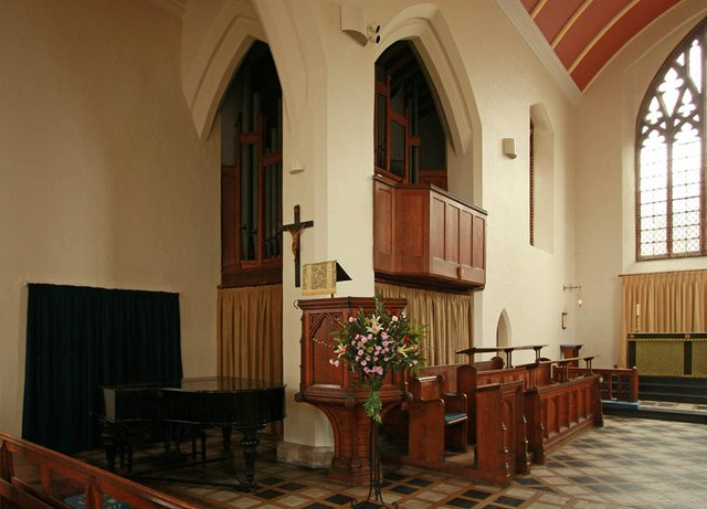 St Margaret of Antioch, Balfour Road, Ilford - Organ & pulpit