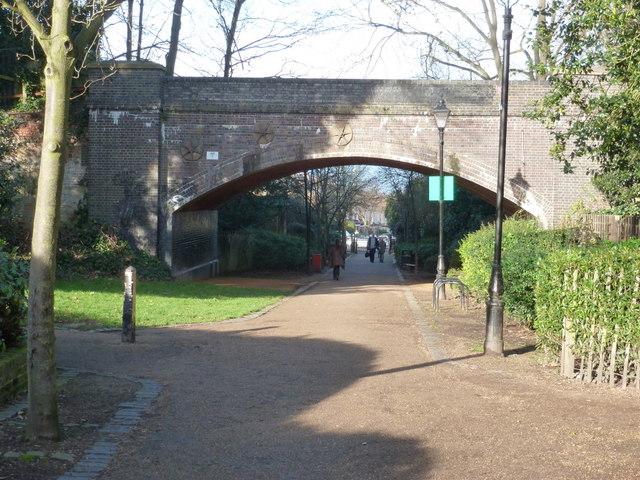 Alexandra Palace: footpath to Dukes Avenue