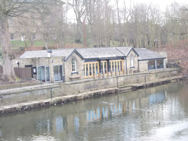 the boathouse inn - off Victoria Road - on bank of River Aire