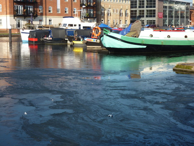 Barges and narrowboats frozen in