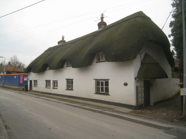 Long thatched cottage - Hill Road