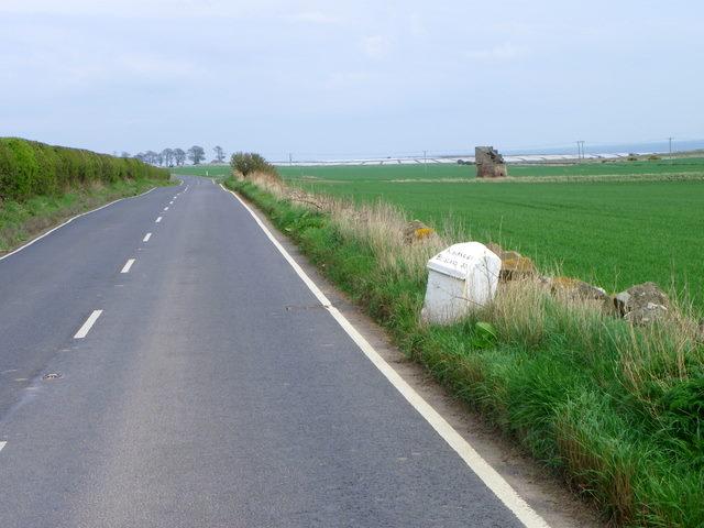 Milestone near the Caiplie Doocot
