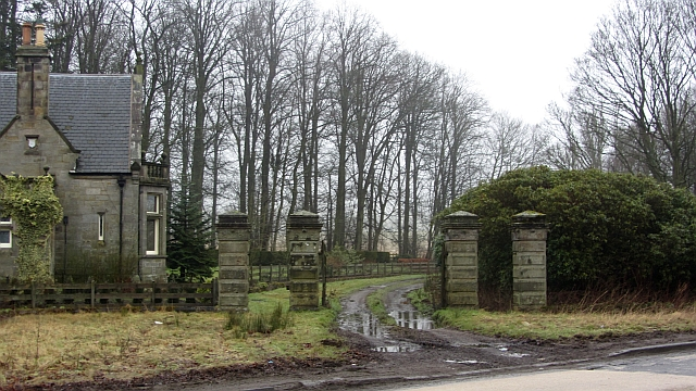 Gate and lodge, Montrave
