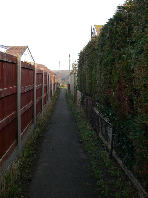 Footpath between the houses of Maes y Castell