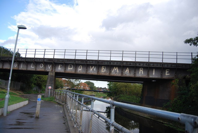 Gipping Way and cycleroute 51 go under a railway bridge by the River Gipping