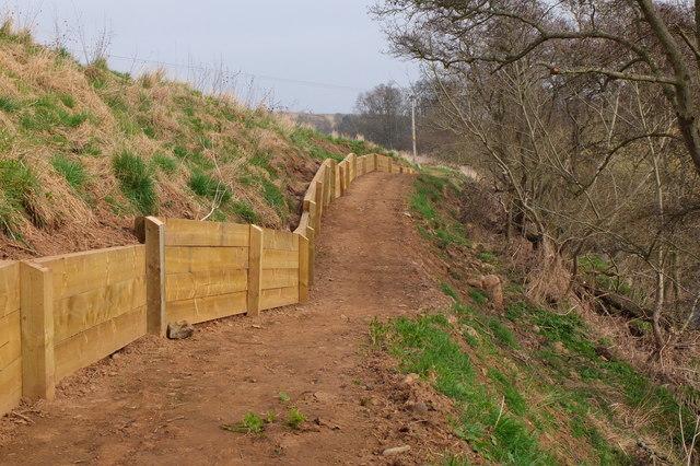 Retaining fence, River Tyne Path