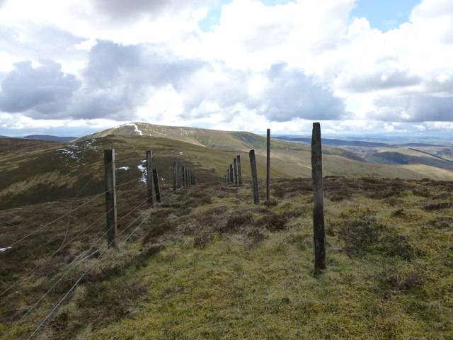 Double line of fence posts near the summit of Cardon Hill