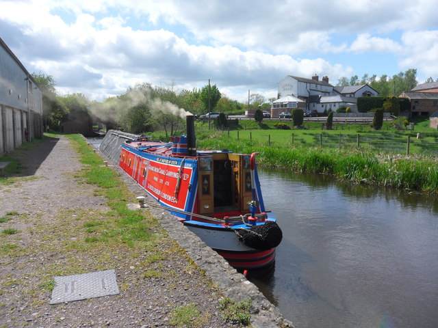 Working Narrow Boat Hadar moored at Queen's Head