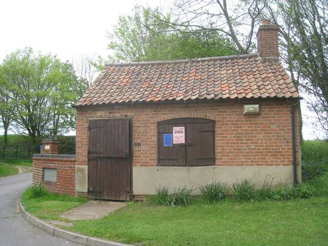Building at the entrance to Brecks Farm