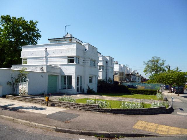 Beckenham:  Flat-roofed houses in Bushey Way