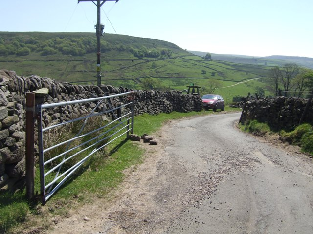 Opened gate on the road to Knar