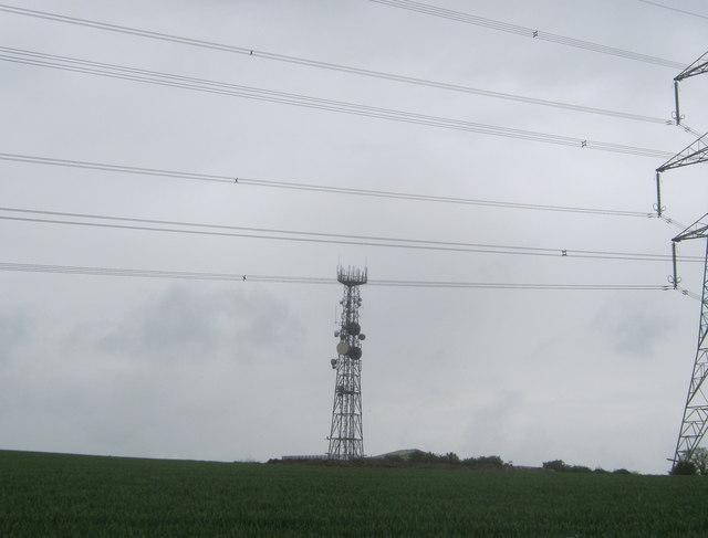 Communications mast in farmland east of Raisby Quarry