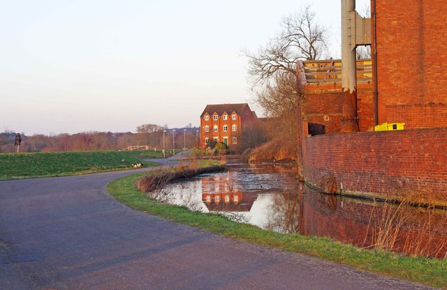 New and old by the Staffs & Worcs Canal, Kidderminster