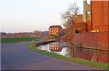 SO8277 : New and old by the Staffs & Worcs Canal, Kidderminster by P L Chadwick