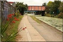 TQ2282 : Grand Union Canal towpath by Richard Croft