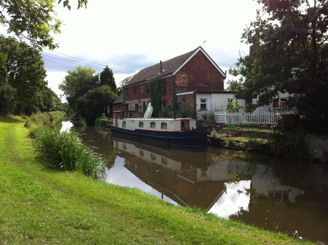 Looking south along the Coventry Canal