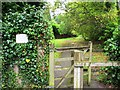SU9566 : Private footpath between Priory Road and Richmond Wood by Mike Quinn