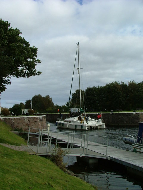 Boat about to negotiate Dochgarroch Lock by Dave Fergusson